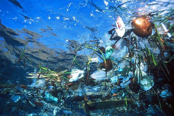 Afval hoopt zich op in onze oceanen dit noemt men de plastic soup